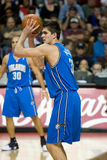 Darko Milicic Holds The Basketball over Zijn Hoofd Royalty-vrije Stock Afbeelding
