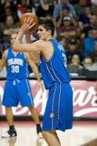 Darko Milicic Holds The Basketball sobre su cabeza Imagen de archivo libre de regalías