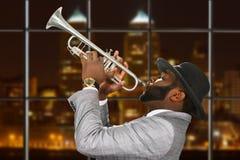 Darkskinned trumpetare i fedorahatt Royaltyfria Bilder