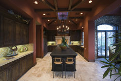 Darkwood et plafond rayonné dans la cuisine spacieuse photos stock