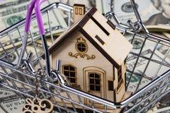 Darlehen oder Abwehr für Kauf ein Konzept des Hauses und der Immobilien Hypothekenladen und Taschenrechnereigentumsdokumentenkonz lizenzfreies stockfoto