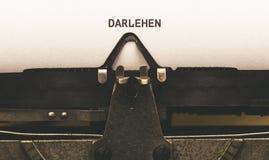 Darlehen, texto alemán para el préstamo en el tipo escritor a partir de 1920 s del vintage Imágenes de archivo libres de regalías
