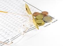 Darlehens-Blatt mit Münzen Stockfotografie