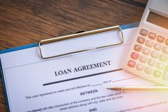 Darlehensanmeldeformular mit Stift und Taschenrechner auf Papierfinanzhilfe stockfoto