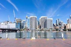 Darling Harbor Sydney under klar ljus himmel Arkivfoton