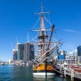 Darling Harbor Sydney under klar ljus himmel Arkivfoto
