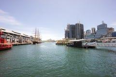 Darling Harbor Sydney under klar ljus himmel Royaltyfri Bild