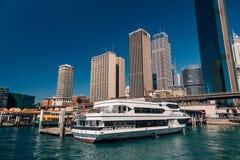 Darling Harbour con le barche sui bacini immagini stock