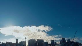 Darling Harbour Sydney Time Lapse van de Blauwe Horizon & Bouwkranen van de Ontwikkelingsplaats stock videobeelden