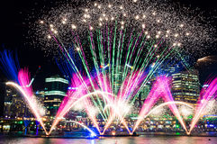 Darling Harbour-vuurwerk tijdens jaarlijks licht festival Levendige Syd stock afbeeldingen