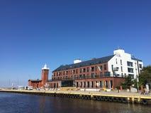 Darlowko, de Vuurtoren van Polen en nieuwe woningbouw in de haven Royalty-vrije Stock Fotografie