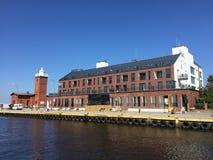 Darlowko, faro della Polonia e nuovo edificio residenziale nel porto Immagine Stock Libera da Diritti