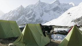 Darmasala在拉克通行证, 4500m高度的帐篷阵营 马纳斯卢峰电路艰苦跋涉 影视素材