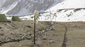 Darmasala在拉克通行证, 4500m高度的帐篷阵营 马纳斯卢峰电路艰苦跋涉 股票视频