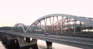 Darnitsky bro i Kiev Rörelse av transporter på bron Bilar flyttar sig på bron på solnedgången Episkt och filmiskt stock video