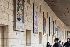 Darować ikony na ścianach w podwórzu bazylika Annunciation w starym mieście Nazareth w Izrael Fotografia Stock