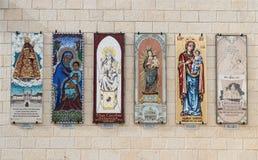 Darować ikony na ścianach w podwórzu bazylika Annunciation w starym mieście Nazareth w Izrael Zdjęcie Royalty Free