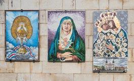 Darować ikony na ścianach w podwórzu bazylika Annunciation w starym mieście Nazareth w Izrael Obraz Stock