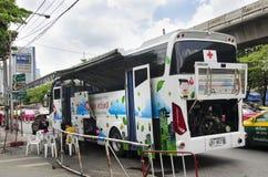 Darowizna krwionośny autobus czekać na ludzi przychodzących darować ich krew Obraz Royalty Free