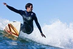 Darshan冲浪在圣克鲁斯,加利福尼亚的Gooch 免版税库存照片