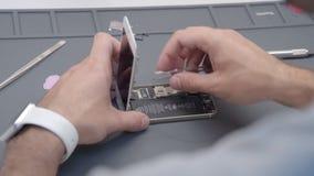 Darstellender Videoprozeß der Nahaufnahme der Handyreparatur stock footage
