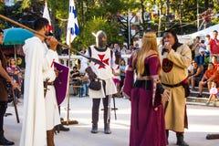 Darstellung eines Spiels mit dem Urteil einer Hexe während einer Replik eines portugiesischen mittelalterlichen Festivals lizenzfreie stockfotografie
