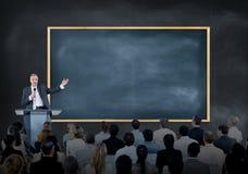 Darstellung eines Sprechers zu einer großen Gruppe Geschäftsleuten Lizenzfreie Stockfotos