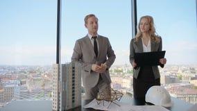 Darstellung von Architekten für Investoren stock video footage