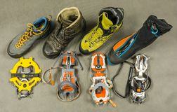 Darstellung von verschiedenen Arten von Steigeisen und von passenden Arten von Schuhstiefeln mit kopierter Befestigung Ansicht vo Lizenzfreie Stockbilder