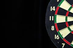 Dartboard στο Μαύρο Στοκ εικόνες με δικαίωμα ελεύθερης χρήσης