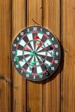 Dartboard на деревянной стене стоковая фотография rf