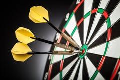Dartboard с стрелками на ackground стоковые изображения