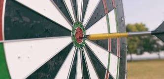 Dartboard с стрелкой в середине - переводом 3D Стоковые Фотографии RF