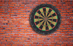 Dartboard auf Backsteinmauer Lizenzfreie Stockfotos