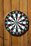 Dartboard auf hölzerner Wand (Pfeilhitziel) Stockfotografie
