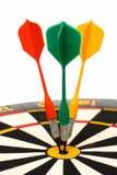 Dartboard avec des dards dans le but Images stock