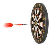 Dartboard avec le vol de dard dans le but Photographie stock libre de droits