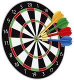 Dartboard com os dardos que batem o Bullseye Foto de Stock Royalty Free
