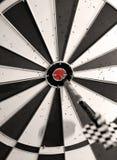 Dartboard con una flecha en el centro Imagen de archivo libre de regalías