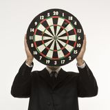 Dartboard da terra arrendada do homem Fotografia de Stock Royalty Free