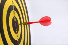 Dartboard die het centrum op een witte achtergrond richten Royalty-vrije Stock Foto's