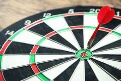 Dartboard med pilen Marknadsföring mål, framgångbegrepp royaltyfria foton