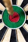 Dartboard met Staalpijltjes in bullseye Stock Afbeelding