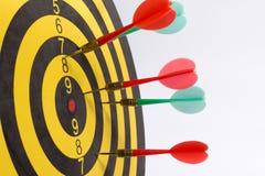 Dartboard na białych tło strzałkach brakuje centrum cel Zdjęcia Royalty Free