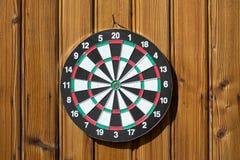 Dartboard na parede de madeira (nenhuns dardos) imagens de stock royalty free