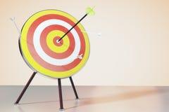Dartboard op de lijst en een directe klap op doel stock foto's