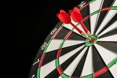 Dartboard op een blauwe achtergrond met pijlen die het centrum Ta raken Royalty-vrije Stock Foto's