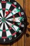 Dartboard på den wood väggen royaltyfri fotografi