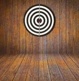 Dartboard sul legno della stanza immagine stock