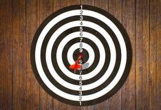 Dartboard sulla parete di legno (obiettivo di colpo dei dardi) immagini stock
